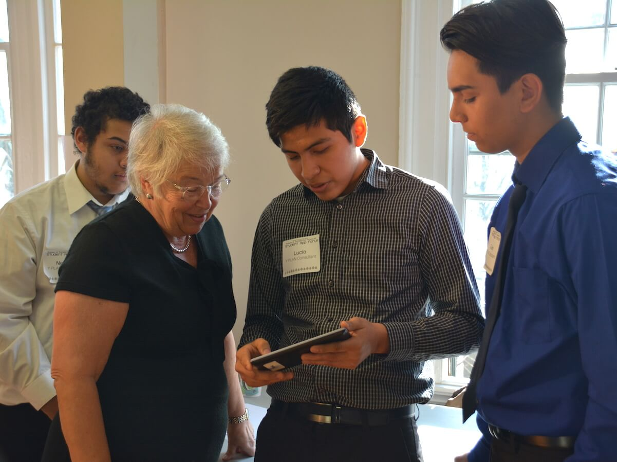 Students_Showing_Apps_to_Chancellor_Farin%CC%83a
